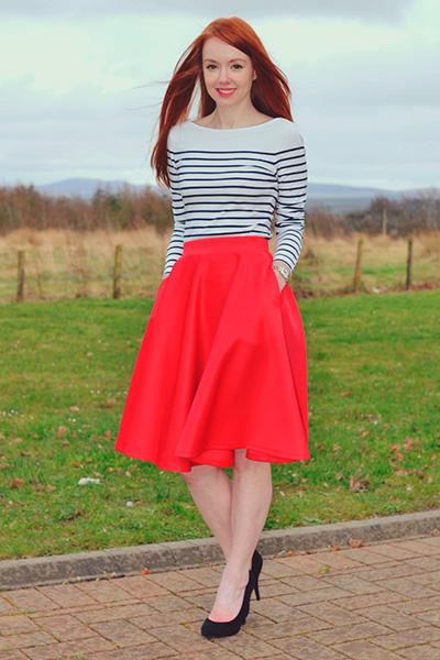 Красная юбка с футболкой фото