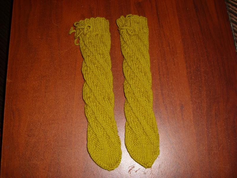 Оранжевые носочки-спиральки спицами