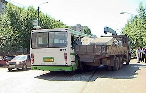 11 пассажиров автобуса попали в травмбольницу