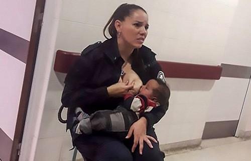 Офицер полиции накормила грудью голодного ребенка