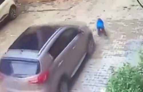 Автоледи наехала на своего сына
