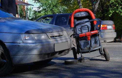 В Кирове ВАЗ-2110 сбил коляску с ребенком