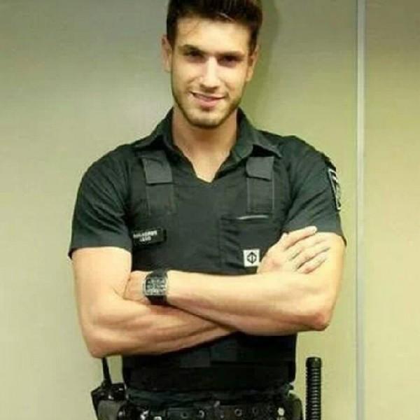 parni-v-forme-politseyskogo